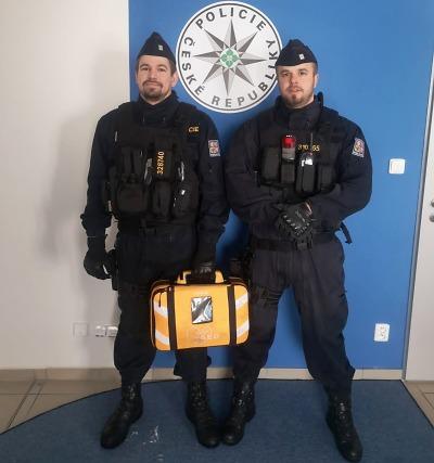 Defibrilátorem zachránili život v Libštátě policisté Famfulík a Dvořák