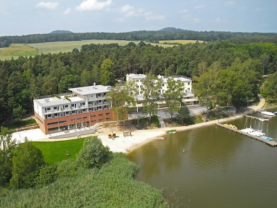 Stavbou roku Libereckého kraje je Hotel Port od Máchova jezera