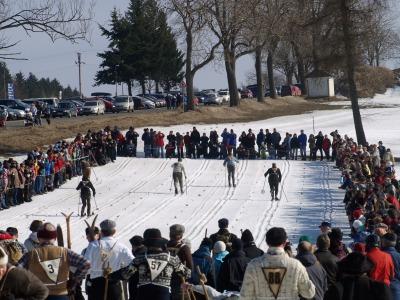 Tisíc diváků a sto závodníků si připomnělo lyžování Po staru