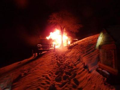 Horská služba asistovala hasičům při požáru chaty v Peci pod Sněžkou