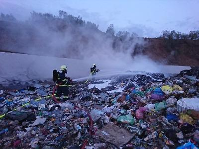 Hoří skládka v Košťálově, lidé v okolí raději nemají větrat