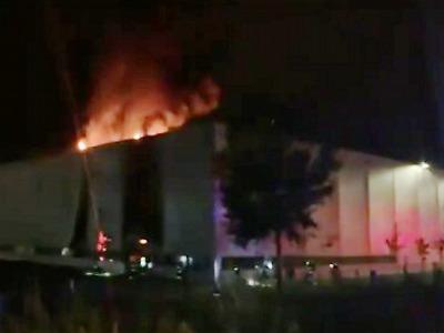 Hořela průmyslová hala v jabloneckých Rýnovicích