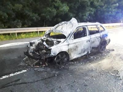 U Hodkovic začalo hořet auto po střetu se zvěří