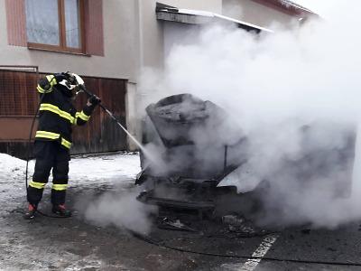 Turnovští hasiči ve Frýdštejně hasili požár auta