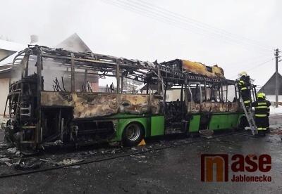 Hasiči zasahovali u požáru autobusu v Jirkově