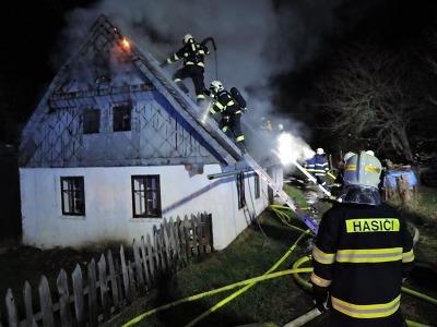 Hořela chalupa v Jesenném, při zásahu se zranil jeden z hasičů