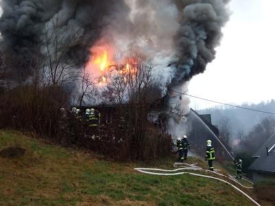 Ve Víchové nad Jizerou zasahují hasiči u požáru domu
