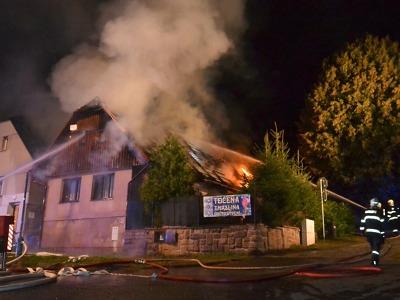Požár zasáhl rodinný dům v Libštátě, škoda je 600 tisíc
