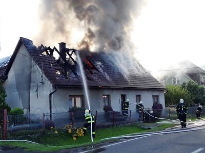 Plameny zachvátily střechu domu v Jílovém u Hodkovic