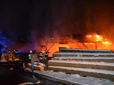 V Roztokách u Semil shořela hala v areálu pily, škoda je 2 miliony