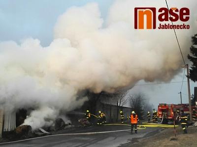 Požár zachvátil seník v Bzí u Železného Brodu