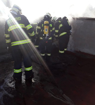 Hasiči zasahovali v Jablonečku u požáru střechy v průmyslovém areálu