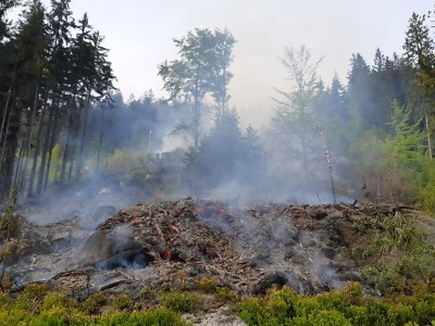 Na Tanvaldském Špičáku hoří les. Přijelo 16 jednotek, pomáhá i vrtulník