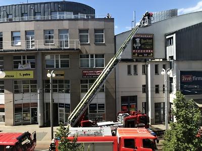 Hořelo na terase budovy v centru Liberce
