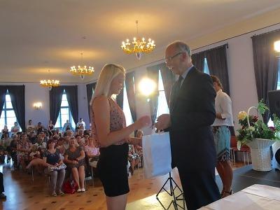 Úspěšným absolventům lomnické střední školy předali výuční listy