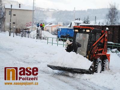 FOTO: Příval sněhu vadí řidičům i chodcům, naopak těší lyžaře a děti