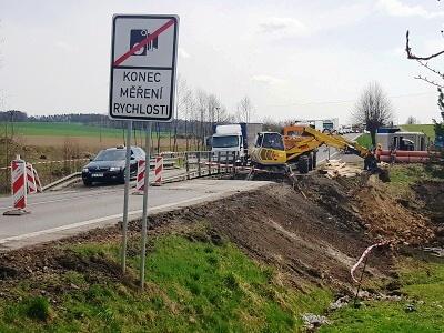 Po zřícení propustku u Karlovic se z Turnova na Jičín jezdí po objížďce