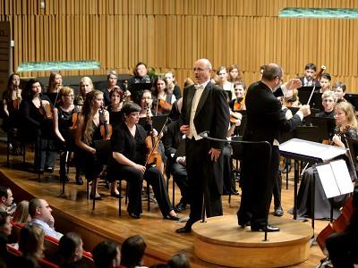 Podkrkonošský symfonický orchestr přiveze sólisty Národního divadla