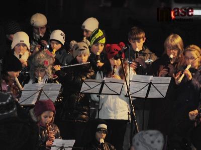 FOTO: V Semilech rozsvítili vánoční strom s rekordním počtem flétnistů