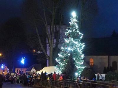 Obrazem: Rozsvícení vánočního stromu v Košťálově 2019