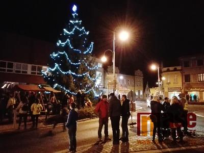 FOTO: Na semilském náměstí opět září vánoční strom