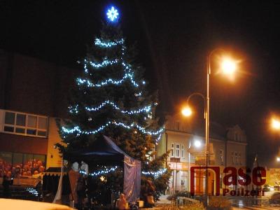 FOTO: Na semilském náměstí již září vánoční strom