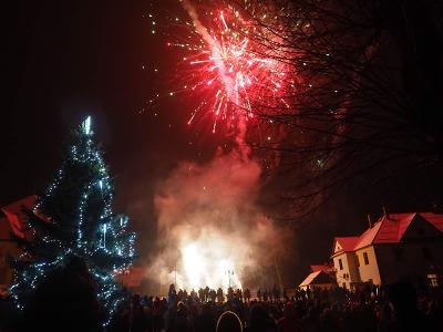 Obrazem: Rozsvícení vánočního stromu v Košťálově 2018