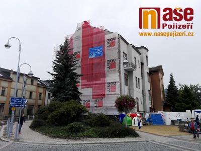 Rekonstrukcí domu v Semilech nadobro zmizí komunistická mozaika