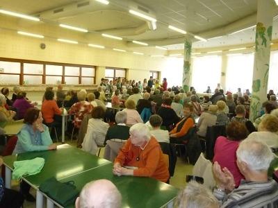 Setkání seniorů na Žižkovce vTurnově pozdravili žáci i školní bytosti