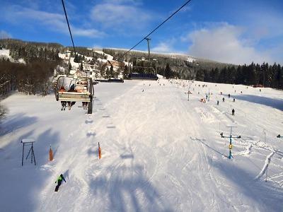 Čtyřletá dívka spadla ze sedačky lanovky v Rokytnici z 11 metrů
