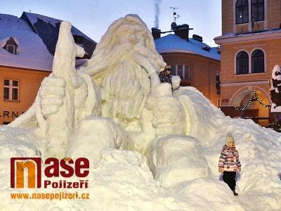 Sněhový Krakonoš již naplno stráží jilemnické náměstí