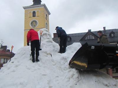 Na jilemnickém náměstí začali stavět sněhového Krakonoše