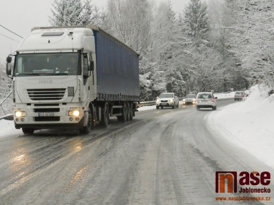 Situaci na silnicích v Pojizeří i celém kraji komplikuje nový sníh
