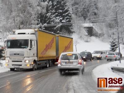 Kvůli sněžení je pro kamiony opět uzavřena silnice na Harrachov
