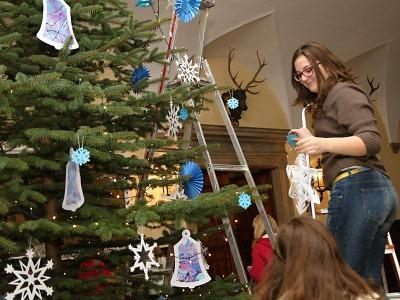 Vstupní halu vrchlabského zámku opět zdobí vánoční strom