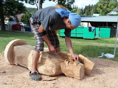 V rámci dřevosochání v Harrachově vzniklo deset děl od pěti umělců