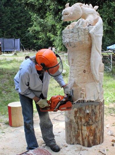 Při harrachovském dřevosochání vzniknou betlémské postavy či lavička