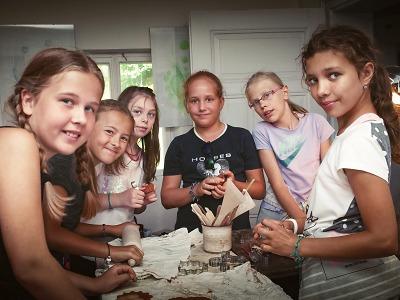 Popáté se sešly neslyšící děti na příměstském táboře Kouzla řemesel