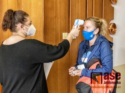 Od 26. října znovu respirátory v budovách, s covidem roste i očkování