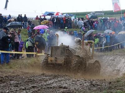 FOTO: I přes déšť dorazilo na traktory do Bozkova dva tisíce diváků