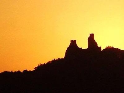Oslavte léto na Troskách, třeba při západu slunce