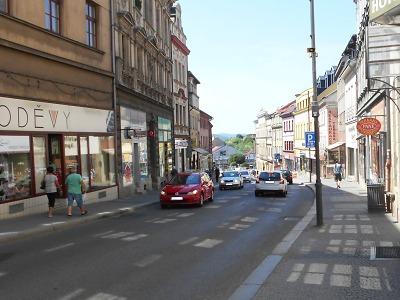 Hlubokou ulicí v Turnově jezděte o prázdninách opatrně!