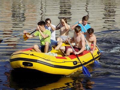 Turnovští žáci prochází vodáckou průpravou