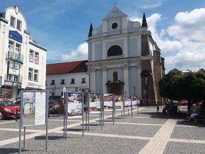 Venkovní výstava Cestami proměn doputovala na turnovské náměstí
