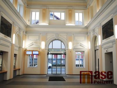 FOTO: V nádražní budově v Turnově už opravili i vnitřní prostory