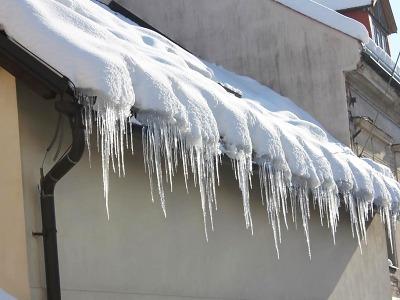 Pozor na padající sníh a led ze střech!