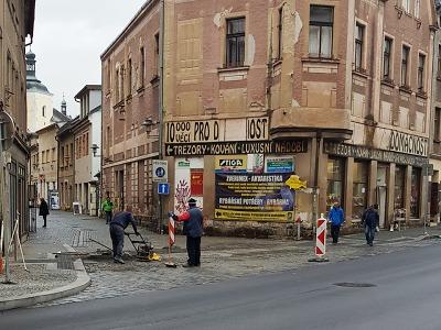 V turnovské Palackého ulici se kvůli reklamacím stále pracuje