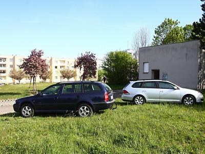 Motoristé v Turnově často parkují na veřejné zeleni