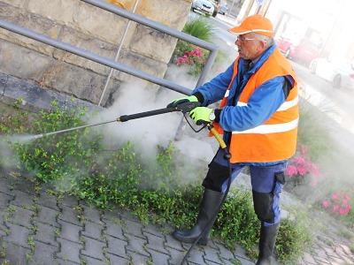 V Semilech začnou místo herbicidů plevel likvidovat horkou párou