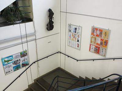 Výstava prací žáků ZŠ 28. října zdobí schodiště turnovské radnice